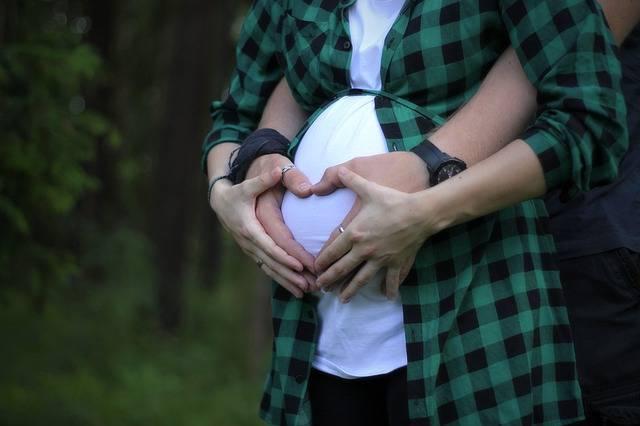 Ипотека в Альфа-Банке под материнский капитал, мужчина обнимает беременную женщину