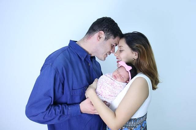 можно ли снять деньги с материнского капитала,семья с ребенком счастливы