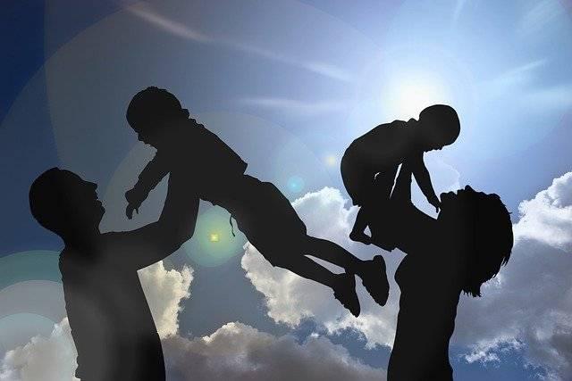 Обналичить материнский капитал,родители качают на руках детей