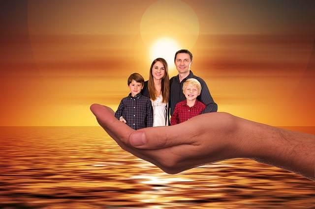 погашение ипотеки материнским капиталом через пенсионный фонд,семья в руке