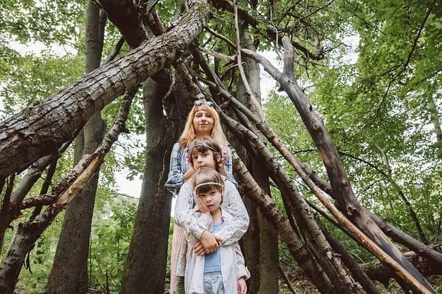 Погашение ипотеки материнским капиталом,семья на фоне леса