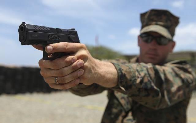 Сертификат на жилье для военнослужащих, военный стреляет из пистолета
