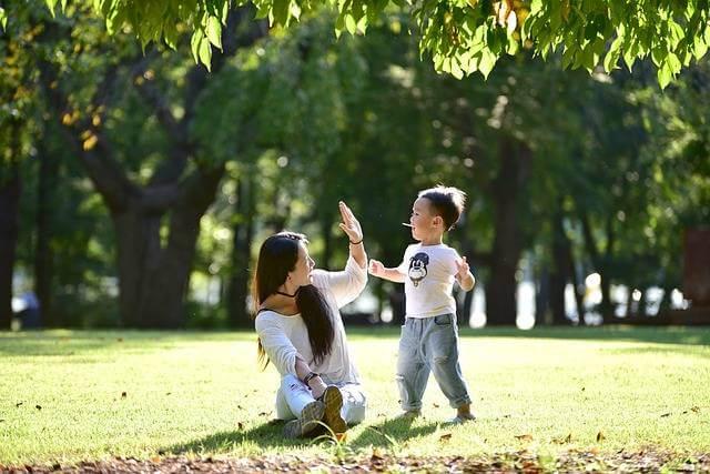 Второй материнский капитал на второго ребенка, мама с ребенком на поляне
