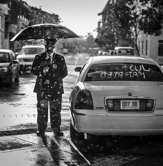 Заключение срочного трудового договора, мужик стоит под зонтом