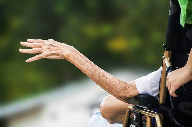 как получить квартиру инвалиду, инвалид в кресле