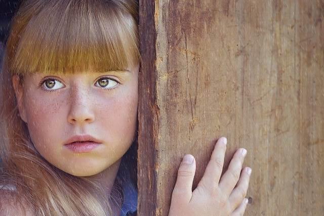 Как проверить очередь на жилье ,девушка выглядывает из за двери