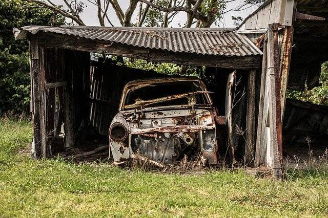 Как узаконить землю под гаражом в собственность, старый гараж без ворот и старая ржавая машина