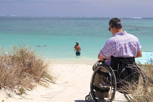 Отпуск инвалидам по ТК РФ, человек в инвалидной коляске на пляже