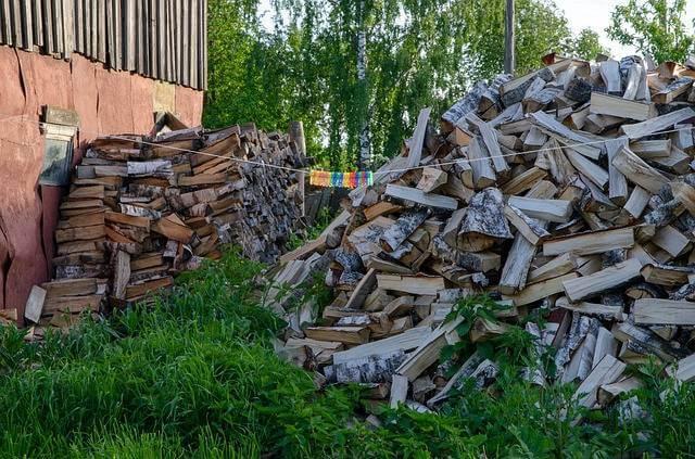 Приватизация садового участка, куча дров возле дома