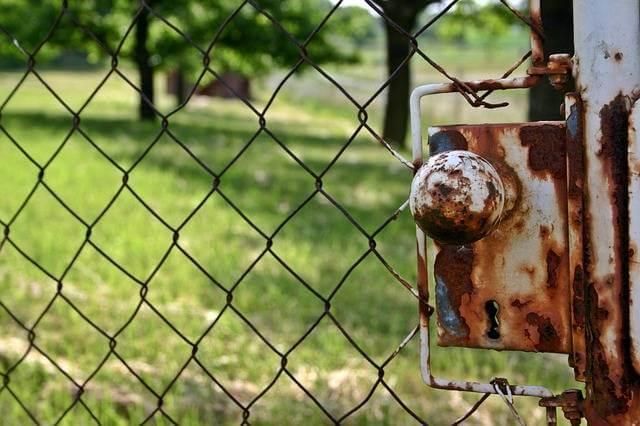 Приватизация земельного участка находящегося в аренде, закрытая калитка а за ней земля